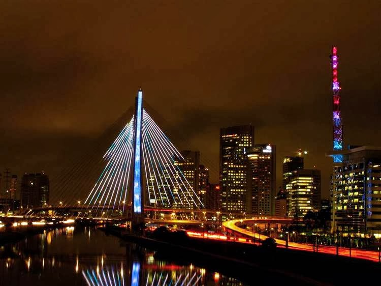 During the Holiday seasons the Octávio Frias de Oliveira Bridge is lit up as a Christmas tree that creates many illuminated effects.