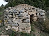Imatge lateral de la cabana de la Costa dels Frares