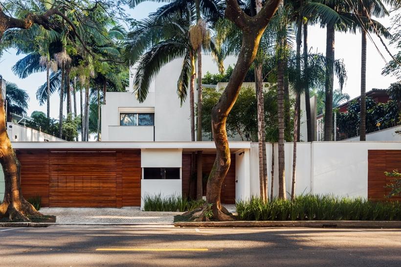 Front facade of Refreshing Brazilian Home by Reinach Mendonça Arquitetos Associados