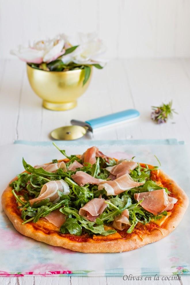 Pizza de queso al romero con jamón serrano y rúcula