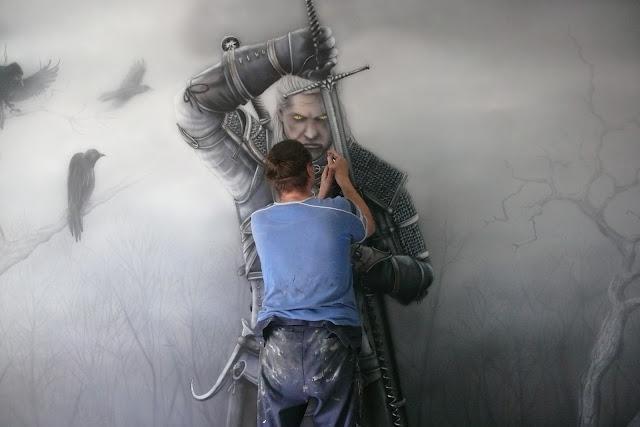 Malowanie wiedźmina na ścianie w pokoju młodzieżowym, mroczny wystrój