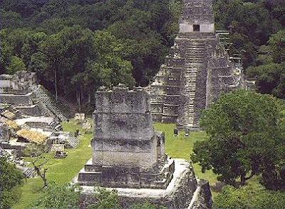 La sociedad maya fue clasista y esclavista, el halach-uinic o