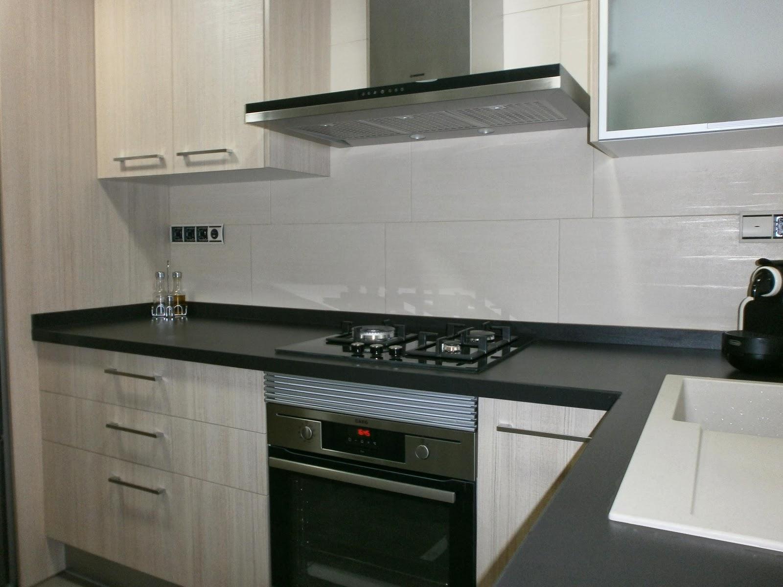 Materiales para cocinas i laminados resistentes y for Muebles de cocina negro