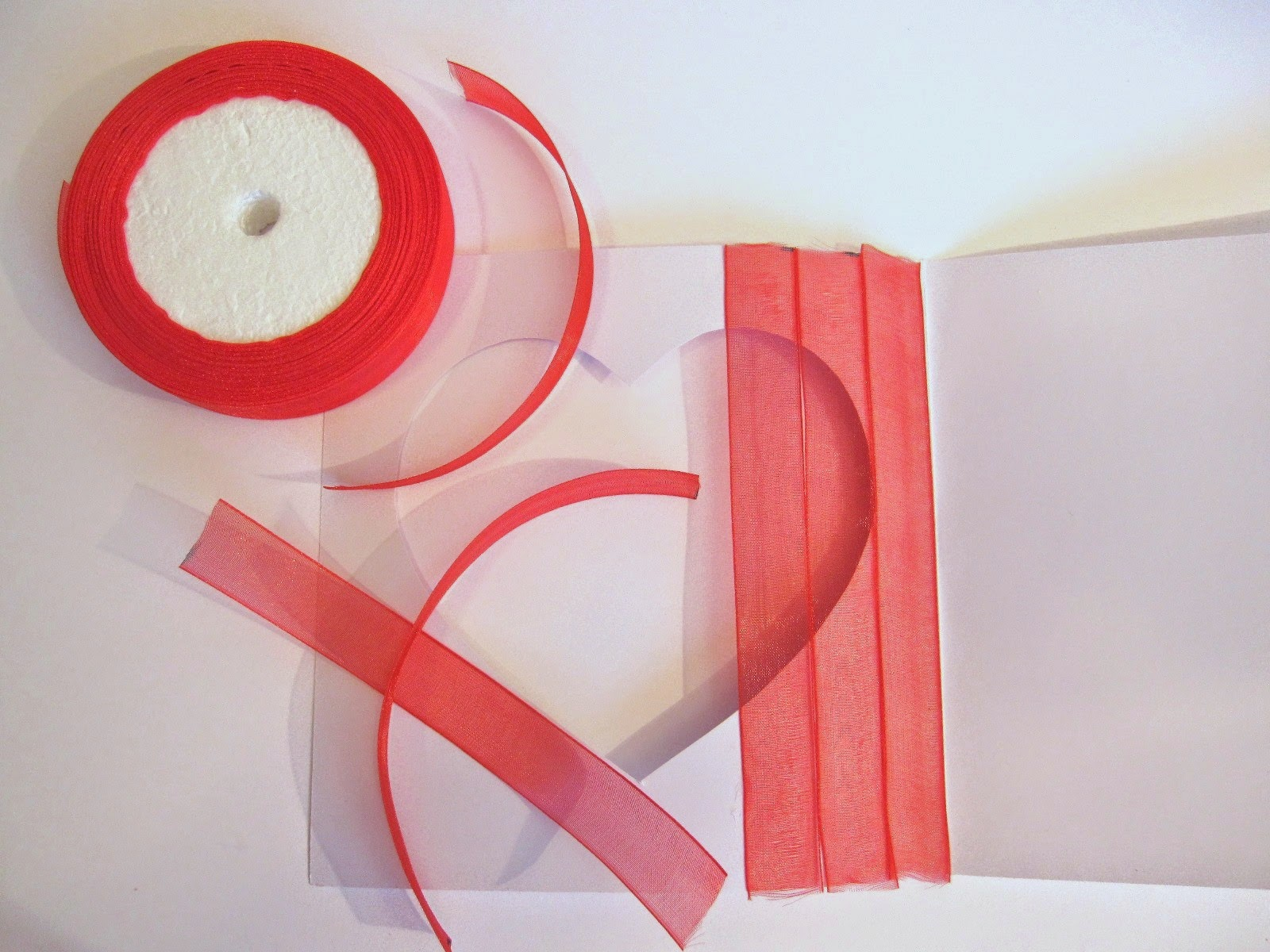 paso 3 de tarjeta scrapbooking San Valentín: pegar cinta gasa roja en parte trasera