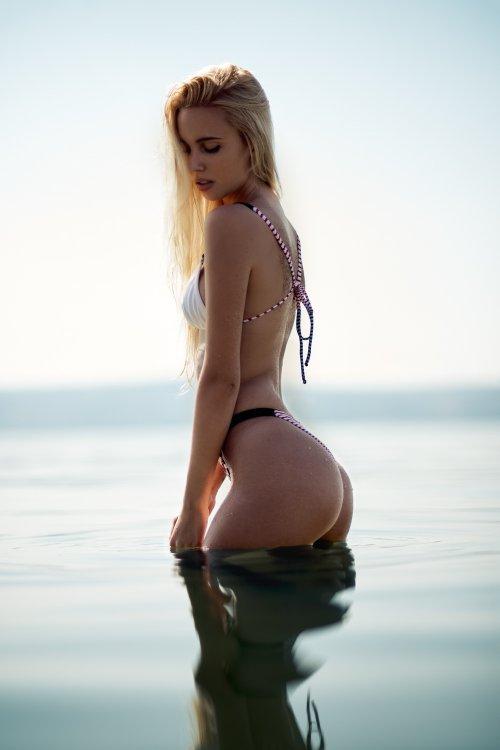 Linda modelo sensual mulher loira israelense Maria Miri Domark fotografada por Matan Eshel