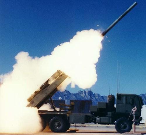 Himars menembakkan amunisi MLRS dengan jangkauan 300km