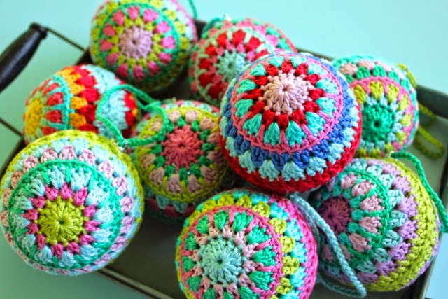 Free Crochet Pattern Christmas Bauble : little woollie: Crochet Christmas Baubles. Love.