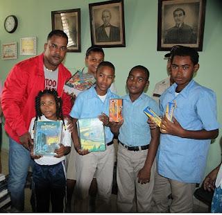 Alcalde Raúl Mondesí dona útiles escolares