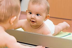 Почему младенцу нельзя смотреть в зеркало