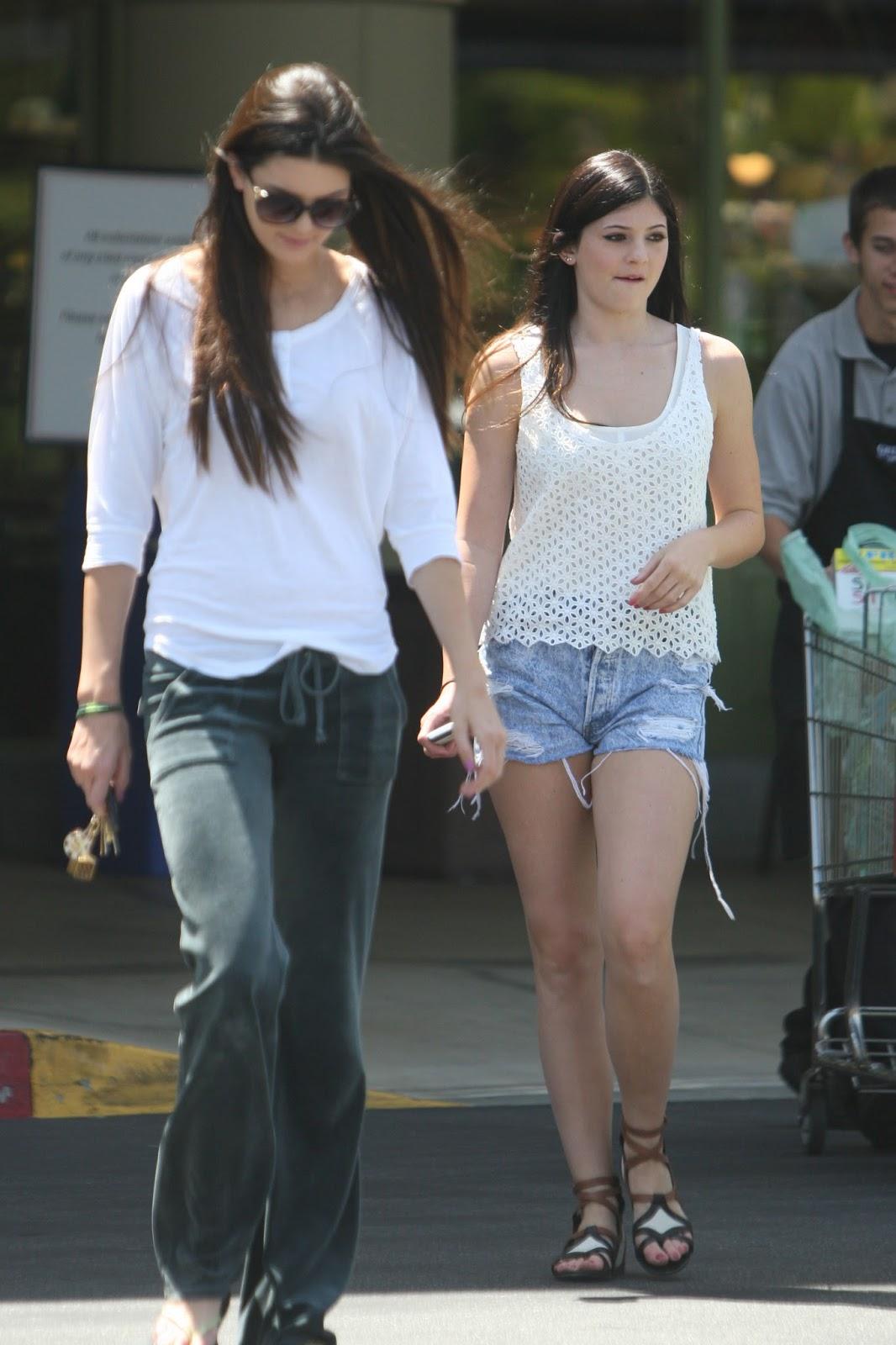 http://4.bp.blogspot.com/-mC4-mMb8xfU/Tv9MpzOk0pI/AAAAAAAAUlE/y2REwO4QZsk/s1600/Kendall+Jenner+and+Kylie+Jenner+Dress+Their+Age%252C+Not+Like+Kim+Kardashian+1.jpg