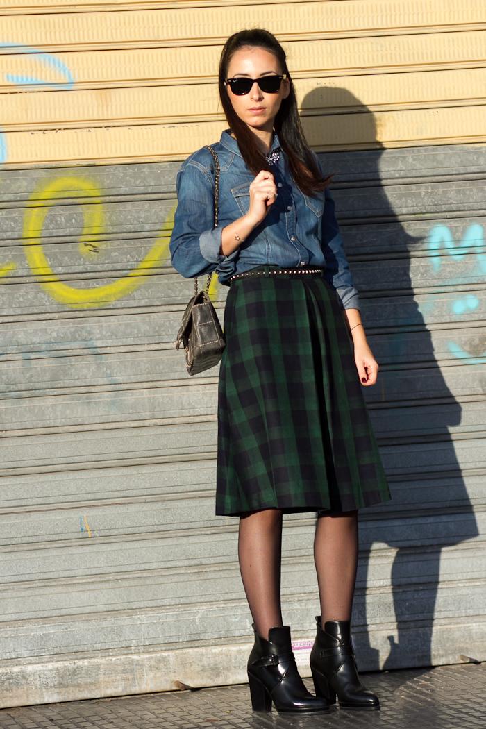 Look rock con camisa denim de Meltin' Pot y falda midi de cuadros Blog de moda Valencia