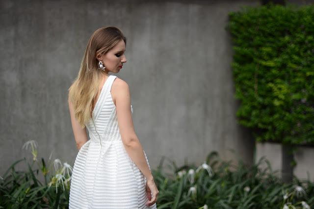bílé proužkaté šaty