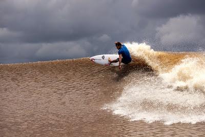 Surfing Di Sungai Kampar (Gambar 1). ZonaAero