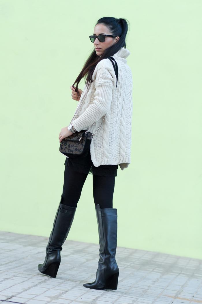 Estilismo femenino con maxi jersey y mini falda de la bloguera de Valencia withorwithoutshoes