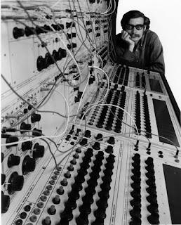 El ingeniero Don Buchla con su sistema modular 100 Series Electronic Music System (1966).