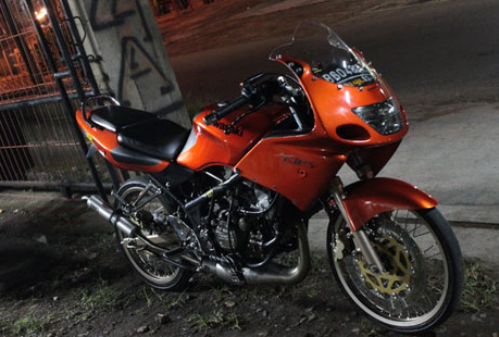 klau yang warna merah di atas masih sama tampilanya dengan warna hitam cuma  sepertinya motor ninja. Modifikasi Motor Ninja Rr Warna Hitam