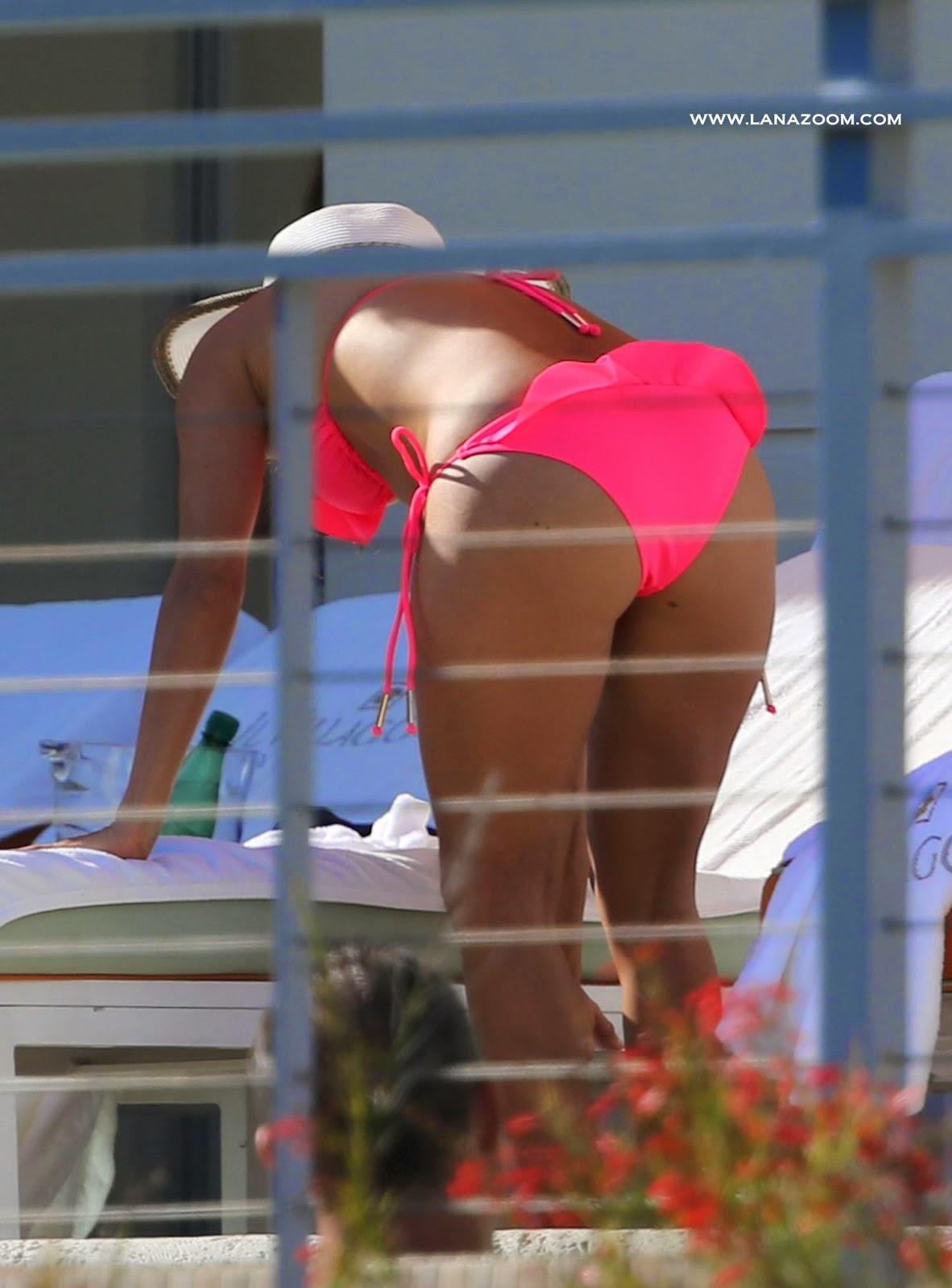 صور ساخنة للجميلة إيفا لونغوريا بالبكيني الوردي في ميامي