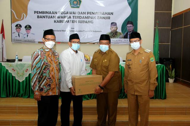 Penyerahan bantuan untuk warga terdampak banjir Kabupaten Subang