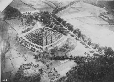 Candi Borobudur pertama kali ditemukan11