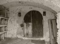 Detall del portal adovellat de la Casa del Xei, amb la data inscrita de 1764