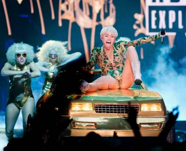 Miley Cyrus hace extraños movimientos en presentación en Canadá