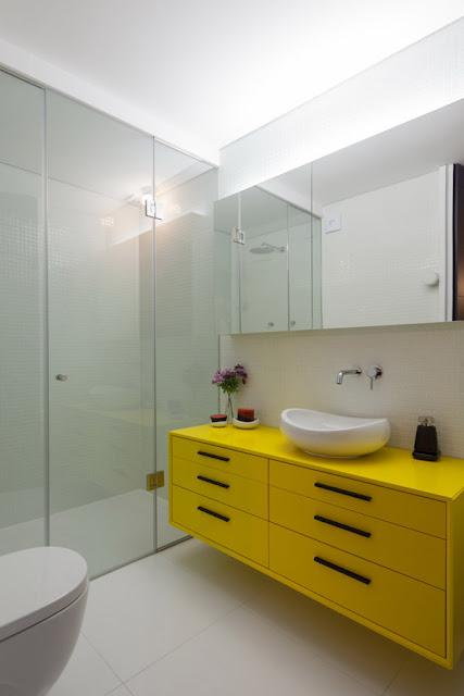 Дизайн современной ванной комнаты с желтой мебелью