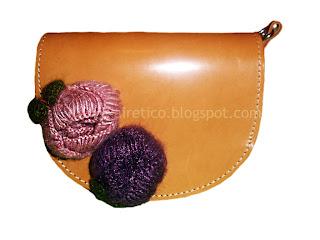 Χειροποίητο δερμάτινο τσαντάκι με μάλλινα λουλούδια