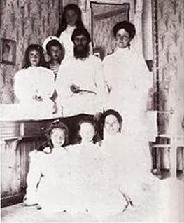 1908: Tsarskoe Sielo. Rasputin amb la tsarina i els seus fills i la cangur.
