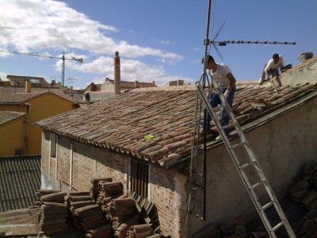 Foto de reparar de tejado en madrid trabajos en vertical for Tejados prefabricados