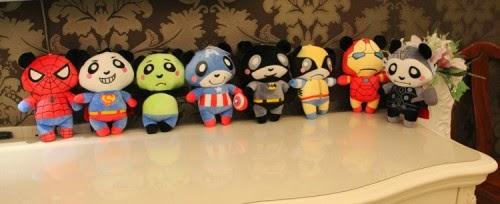 Boneka Panda dengan kostum superhero