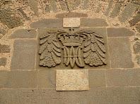 La llinda amb la inscripció de sobre la porta i l'anagrama de Maria