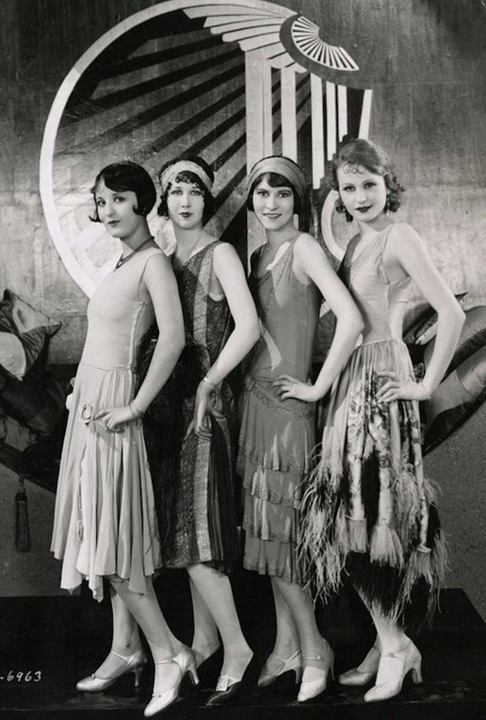 Chicas años 20 posando en photocall