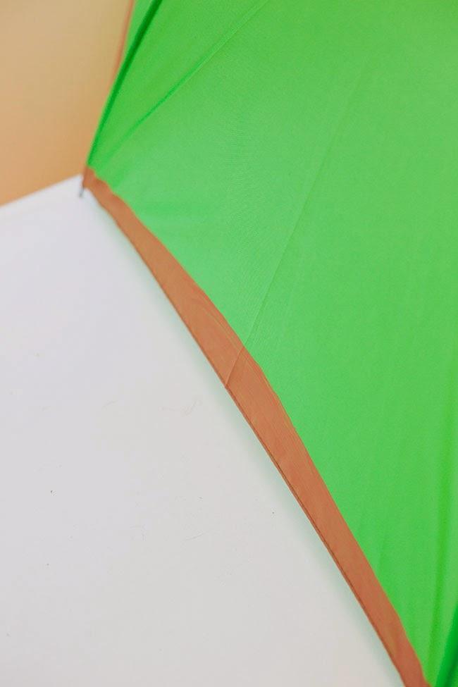 Pintura marrón en el borde del paraguas