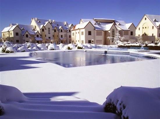 في فصل الشتاء منازل افران حول البحيرة المتجمدة