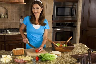 اجعلي طبخك صحياً.. ولاتتخلي عن الطعم اللذيذ!!! - امرأة تطبخ - مطبخ