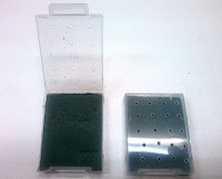 穴をあけたSDカードなどを入れるケースに園芸用のスポンジを詰め込んだ写真