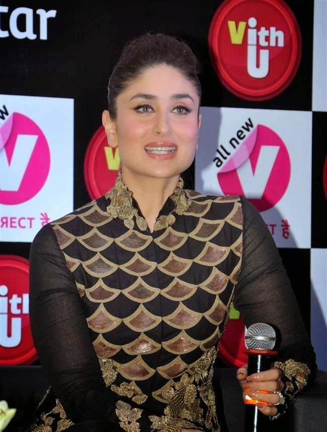 Kareena Kapoor Khan saif ali khan wife holding mike in her hand cross leged hot pics on sofa hot xxx pics