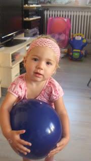 Virginia mit dem Luftballon mit Aufdruck Bärchenwurst