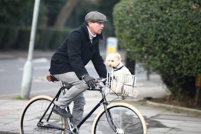 Ewan McGregor passeando de bicicleta com seu cachorro