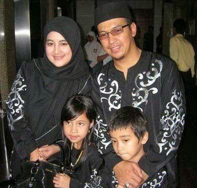 http://arminarekajatim.blogspot.com/2014/04/uje-taubat-sejak-kenal-istri-dan-diajak.html