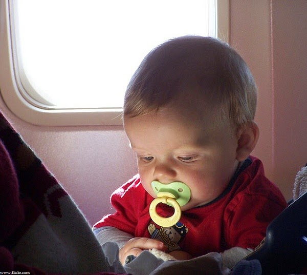 Photo adorable bébé en avion