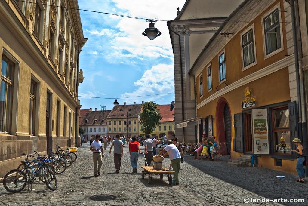 Una de las calles que va hacia la Plaza Mare de Sibiu. Se pueden encontrar algunos restaurantes por la zona.