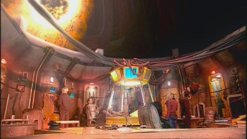Imagen del episodio, que muestra a los personajes contemplando el agujero negro desde la estación situada en el planeta.