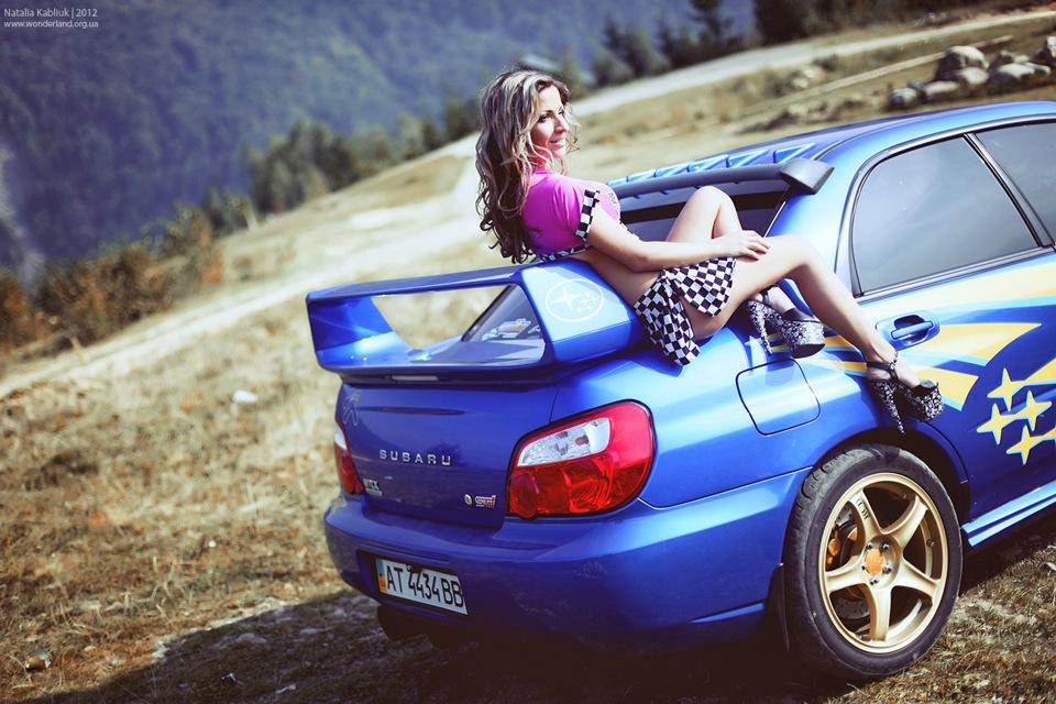 Subaru Impreza WRX STi, zdjęcia z kobietami przy samochodach