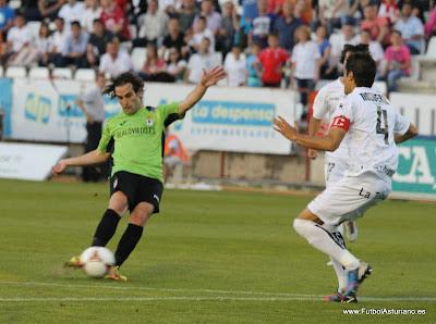 Manu Busto realiza el disparo del gol.