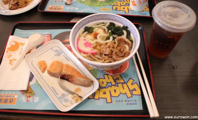Salmón y udon en restaurante Yoshinoya
