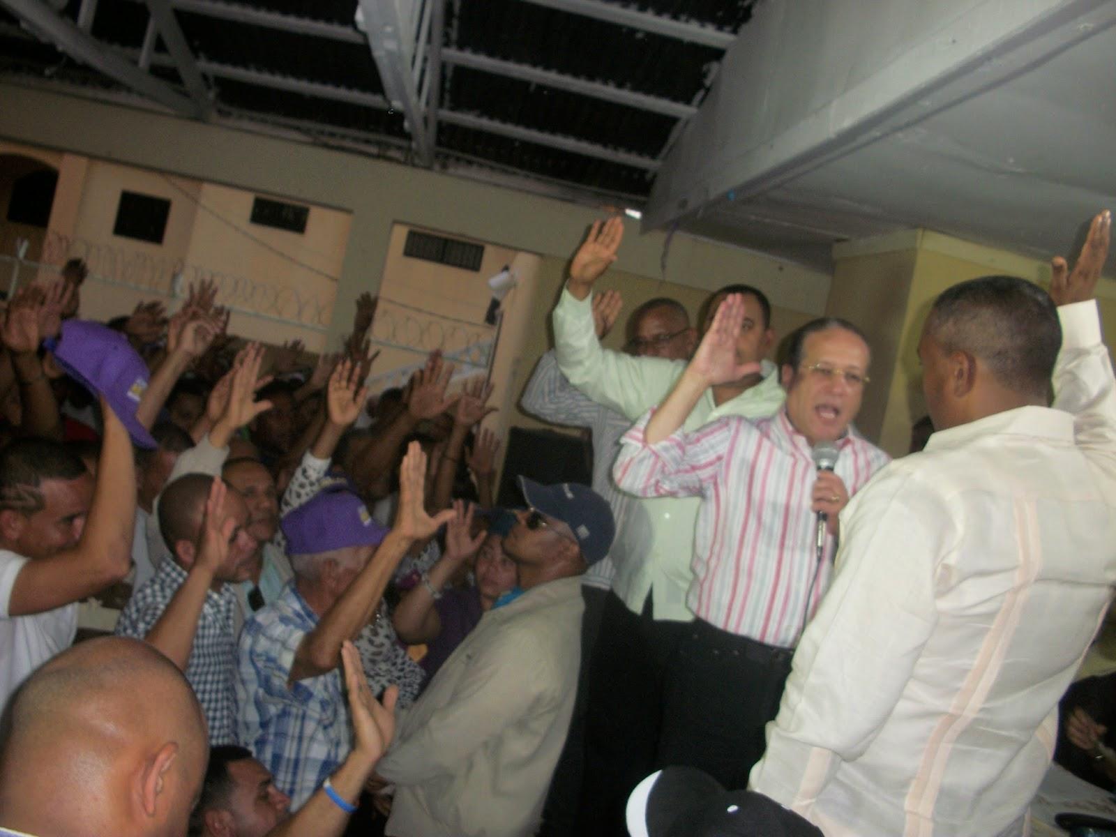 Reinaldo  Pared juramenta al alcalde del PRD Cristino Lorenzo en Cambita