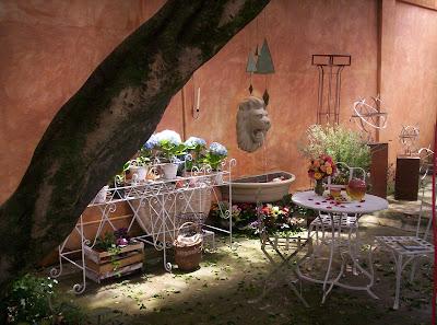 floreira provençal e conjunto de mesa e cadeiras de ferro variados