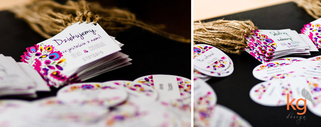 dodatki łowickie, zawieszka na alkohol, winietki, menu, księga gości, plan stołów, folk, styl ludowy, podziękowanie dla gości, napis na wstążce, numery stołów, nazwy stołów, etykiety na ciasto, dodatki weselne, łowicka wycinanka, kwiaty ludowe, motyw ludowy, styl rustykalny, fuksja, róż, żółty, niebieski, chabrowy, granatowy, zawieszka na alkohol, sznurek lniany, dodatki ślubne, folkowy ślub, projekt dodatków na ślub,