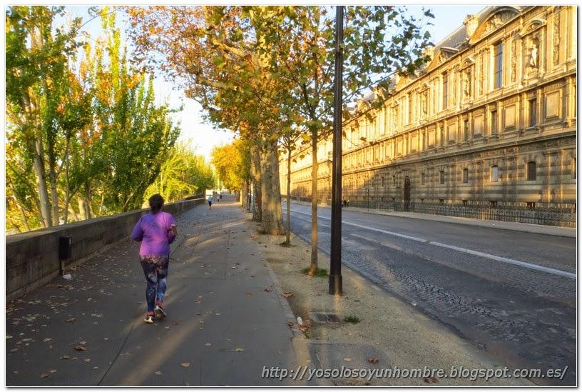 Corriendo al lado del palacio del Louvre